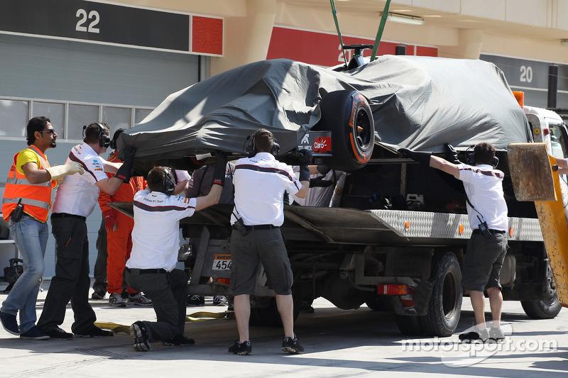 La Sauber C33 di Adrian Sutil, Sauber viene portata di nuovo ai box sul retro di un camion