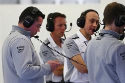 (Links naar rechts): Eric Boullier, McLaren Racing Director, met Sam Michael, McLaren Sporting Direc