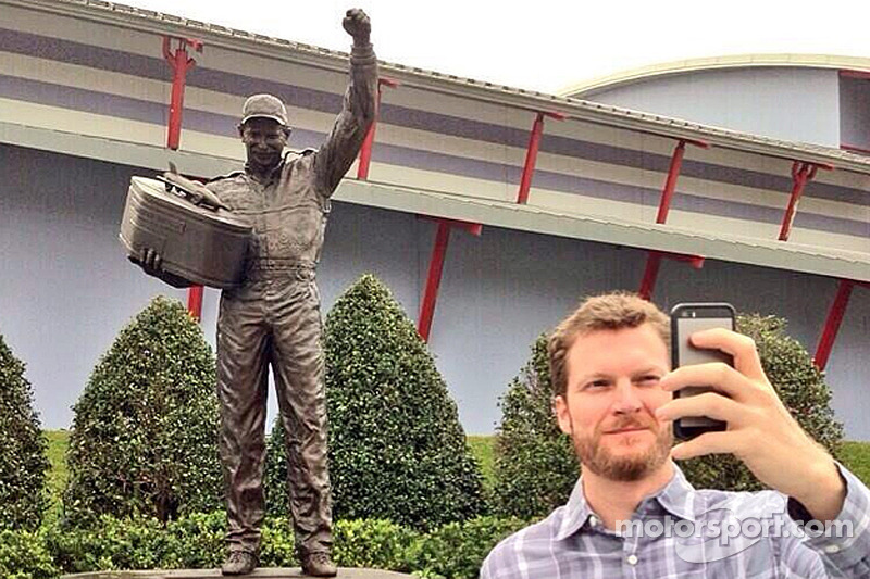 Dale Earnhardt Jr., Hendrick Motorsports Chevrolet babasının heykelinin önünde selfie çekiyor
