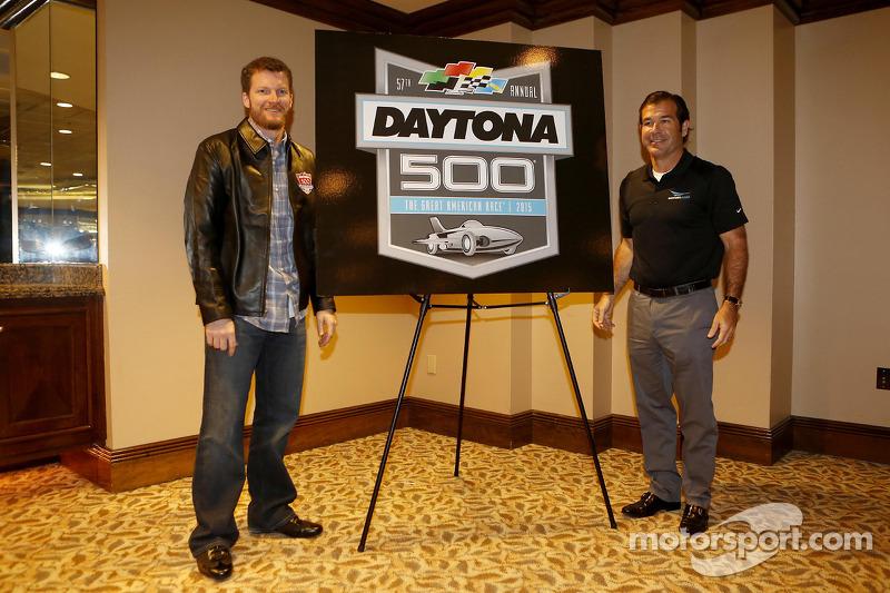Şampiyonun kahvaltısı: Daytona 500 2015 yeni logosu ve Dale Earnhardt Jr., Hendrick Motorsports Chevrolet ve Joe Chitwood, DIS Başkanı