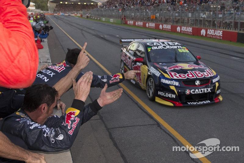 Craig Lowndes, Red Bull Holden galibiyete ulaşıyor