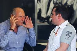 Ron Dennis, Presidente Ejecutivo de McLaren con Eric Boullier, Director de carreras de McLaren