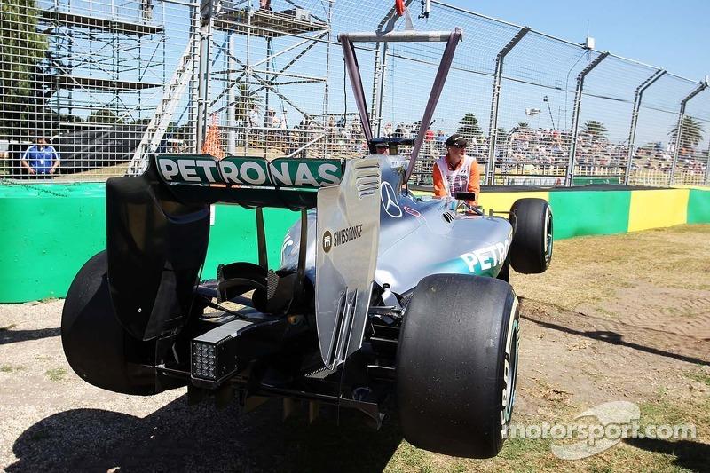 La Mercedes AMG F1 W05 di Lewis Hamilton, Mercedes AMG F1 viene portata via dal circuito dopo essersi fermata durante l'FP1