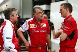 (Da sinistra a destra): Pat Fry, Vice Direttore Tecnico e Capo Ingegneri di Pista Ferrari, con  Dieter Gundel, responsabile dell'elettronica Ferrari e James Allison, Direttore tecnico del telaio Ferrari