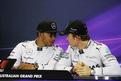 (Da sinistra a destra): Lewis Hamilton, Mercedes AMG F1 e il compagno di squadra Nico Rosberg, Mercedes AMG F1 alla conferenza stampa FIA