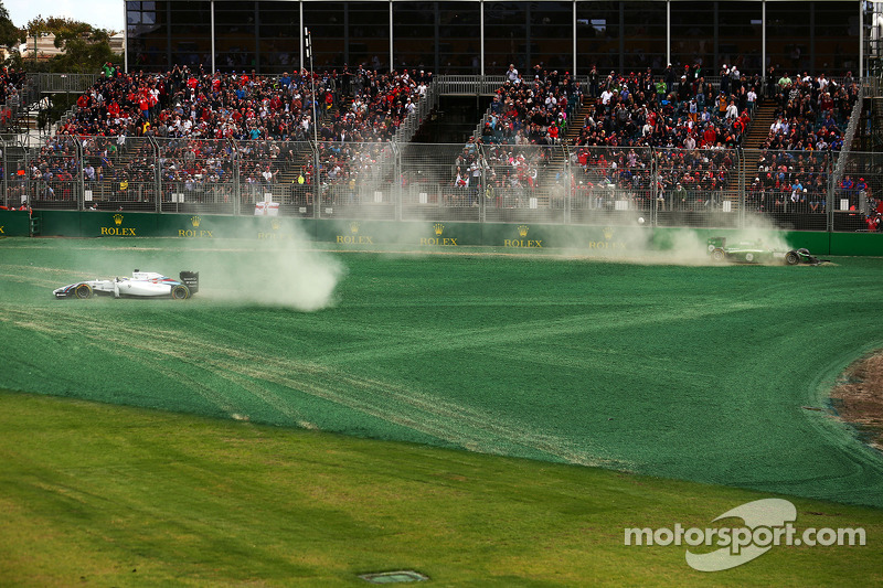 Felipe Massa, Williams FW36 ve Kamui Kobayashi, Caterham CT05 yarışın startında kaza yapıyor