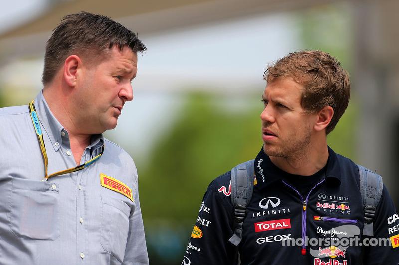 Paul Hembery,  Diretor de Motorsport da Pirelli, e Sebastian Vettel (GER), Red Bull Racing
