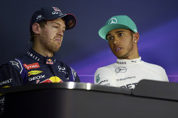 Sebastian Vettel, Red Bull Racing, segundo; Lewis Hamilton, Mercedes AMG F1, pole position  en la conferencia de prensa de la FIA