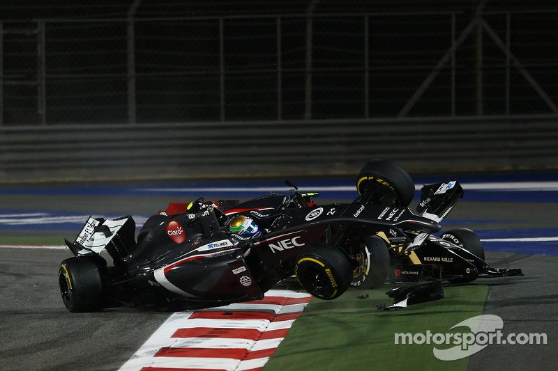 Esteban Gutierrez, Sauber and Pastor Maldonado, Lotus F1 Team crash as turn 1