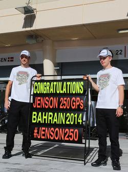 (Esquerda para direita): Jenson Button, McLaren, celebrando seu 250º GP, com o companheiro Kevin Magnussen, McLaren