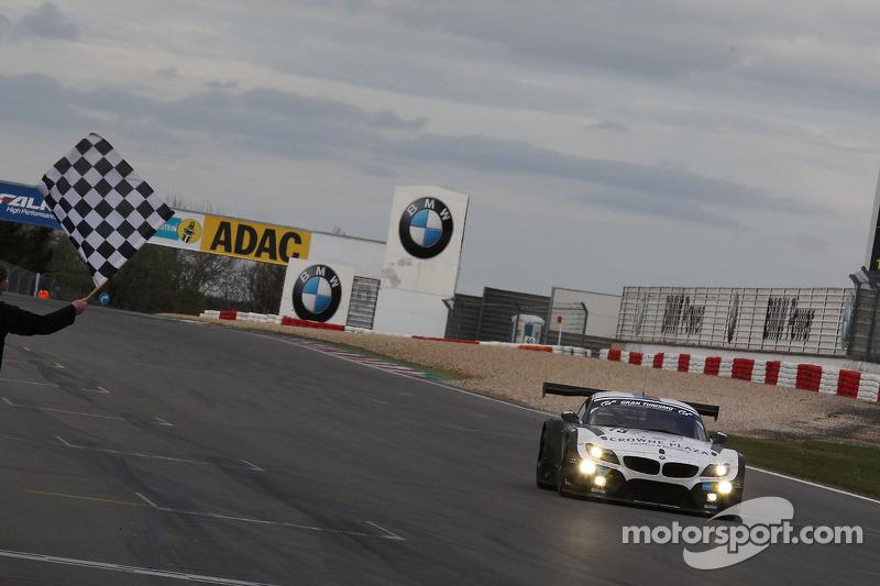 Dirk Werner, Dirk Muller, Lucas Luhr, Alexander Sims, BMW Sports Trophy Schubert Takımı, BMW Z4 GT3 damalı bayrağı görüyor