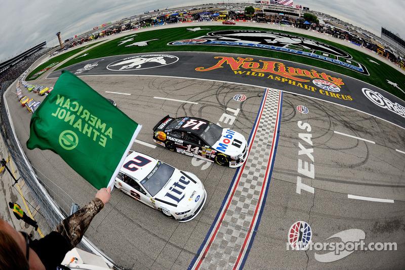 Tony Stewart, Stewart-Haas Chevrolet al comando quando viene mostrata la bandiera verde
