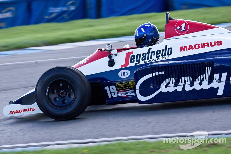 Damon Hill Ayrton Senna'nın Toleman TG184 aracını sürüyor