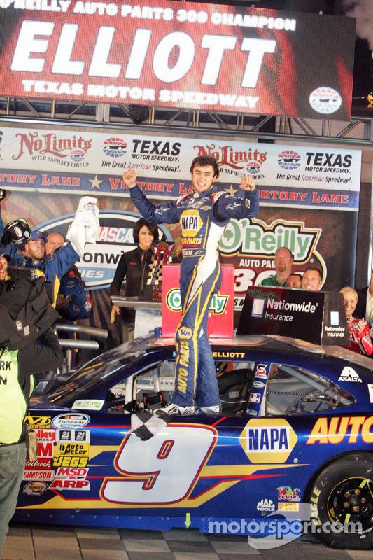 Chase Elliott comemora a vitória