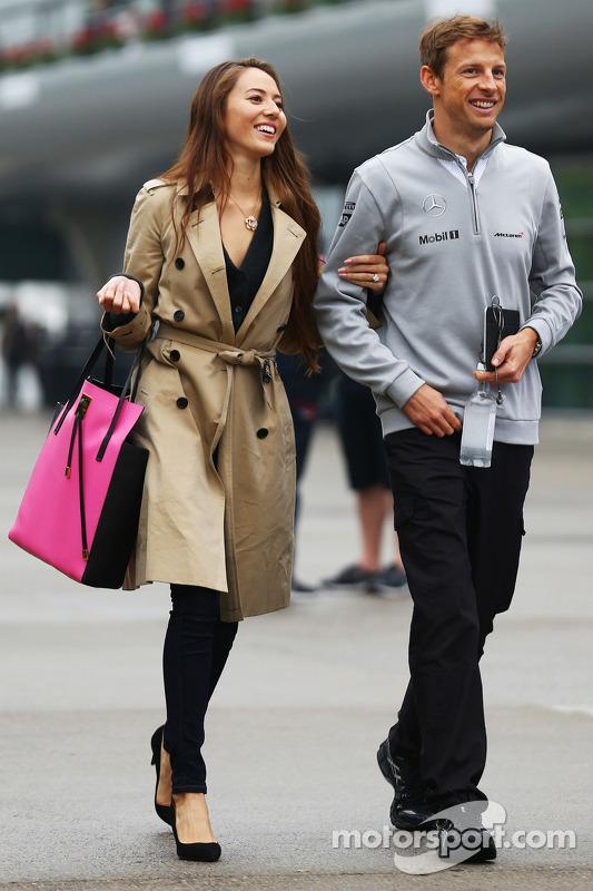 Jenson Button, McLaren con la sua fidanzata Jessica Michibata (JPN)