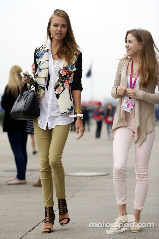 Dasha Kapustina, vriendin van Fernando Alonso, Ferrari (Links).