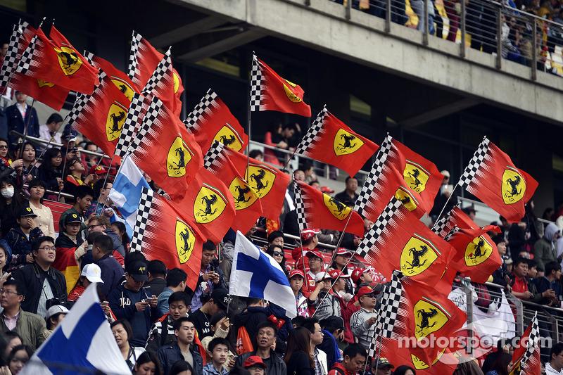 Ferrari taraftarları ve bayrakları.