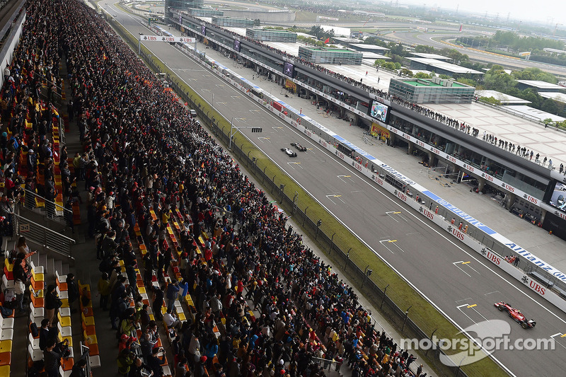 Valtteri Bottas, Williams FW36 e Romain Grosjean, Lotus F1 E22