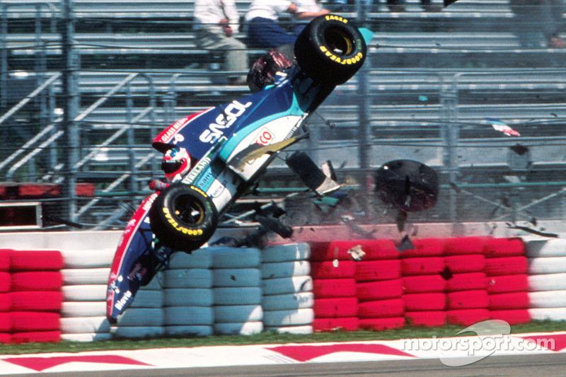 Rubens Barrichello, con Jordan, involucrado en un gran accidente