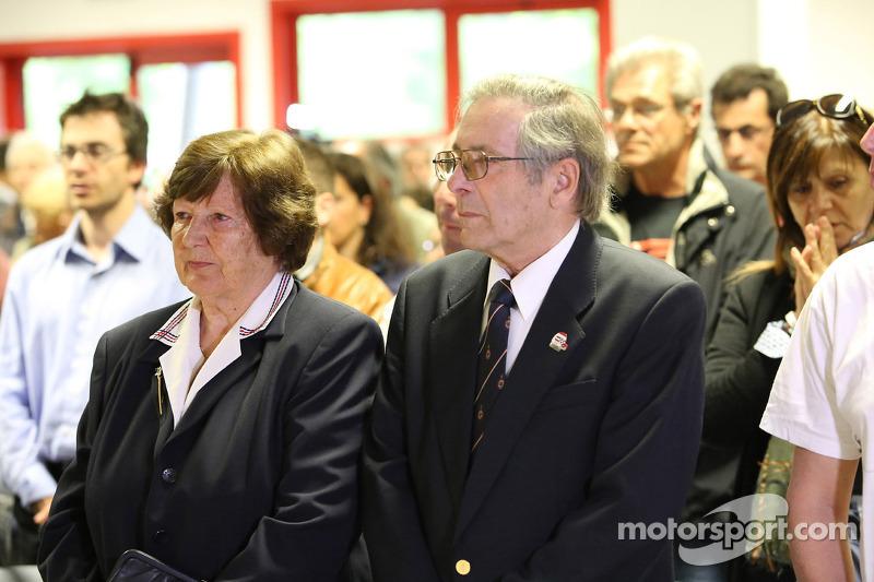 Misa en memoria de Roland Ratzenberger y Ayrton Senna celebrada por sacerdote Sergio Mantovani, el capellán de los conductores