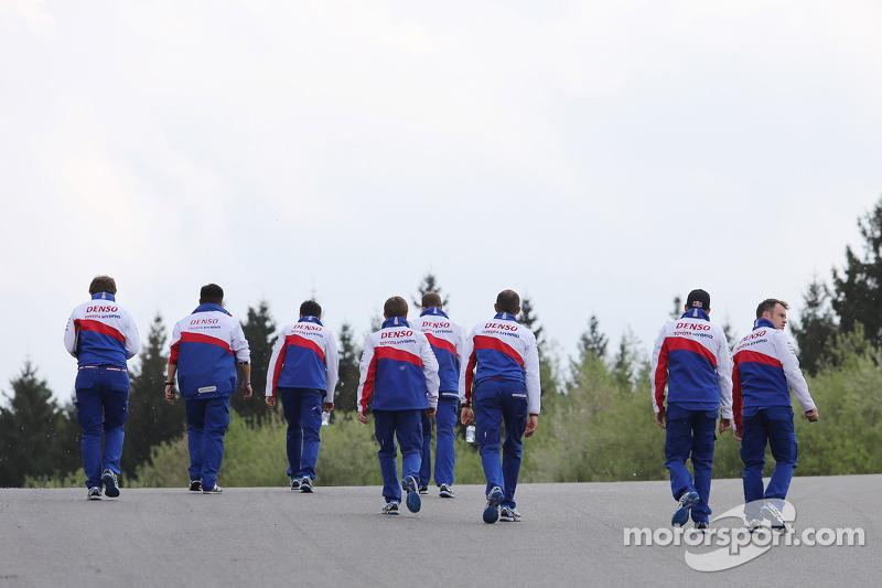 Il team Toyota cammina lungo la pista