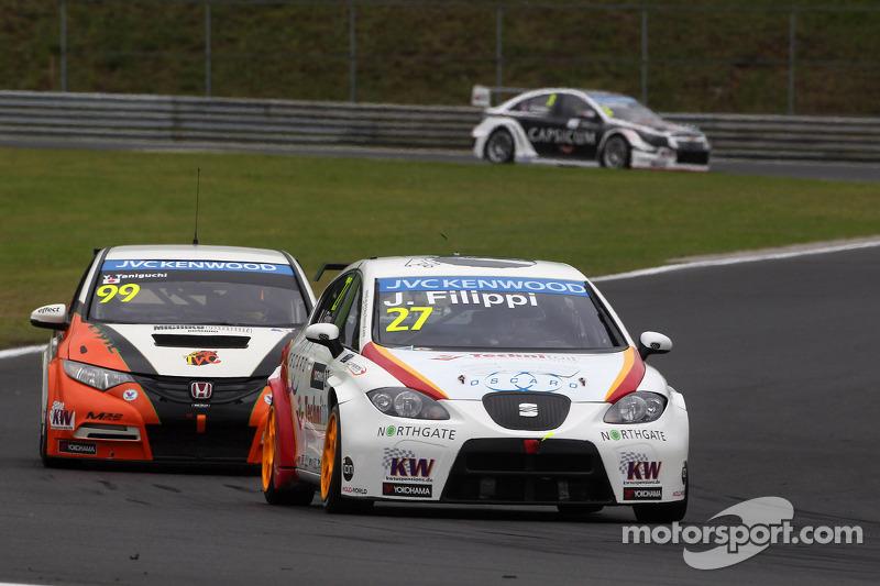 John Filippi, SEAT Leon WTCC, Campos Racing conduce Yukinori Taniguchi, Honda Civic WTCC, NIKA Racing