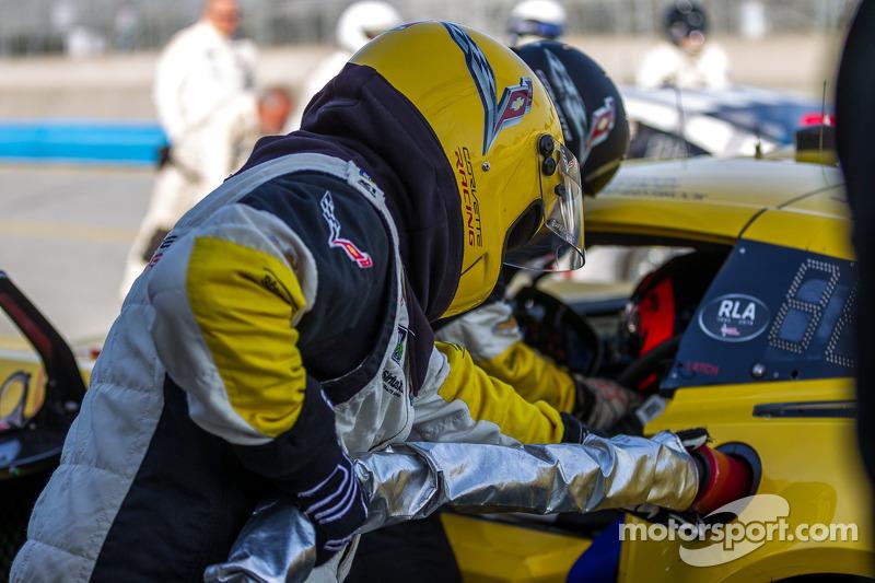 Corvette pit ekibi pitstop antrenmanı yapıyor