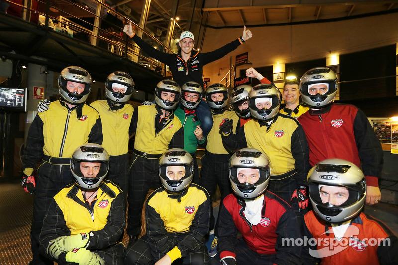 Nico Hulkenberg, Sahara Force India F1 con competidores en la fiesta del equipo