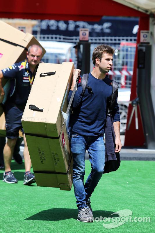 Antonio Felix da Costa, piloto de teste da Red Bull Racing, carregando uma grande caixa pelo paddock