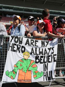 Striscione per Nico Hulkenberg, Sahara Force India F1 dai fan nei box