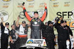 Ganador de la Carrera Kyle Busch celebra