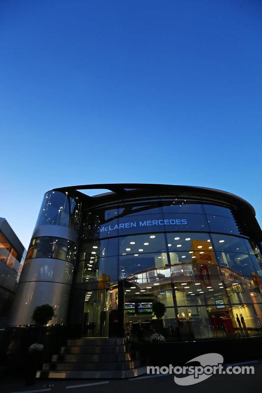 McLaren autocaravana en la noche
