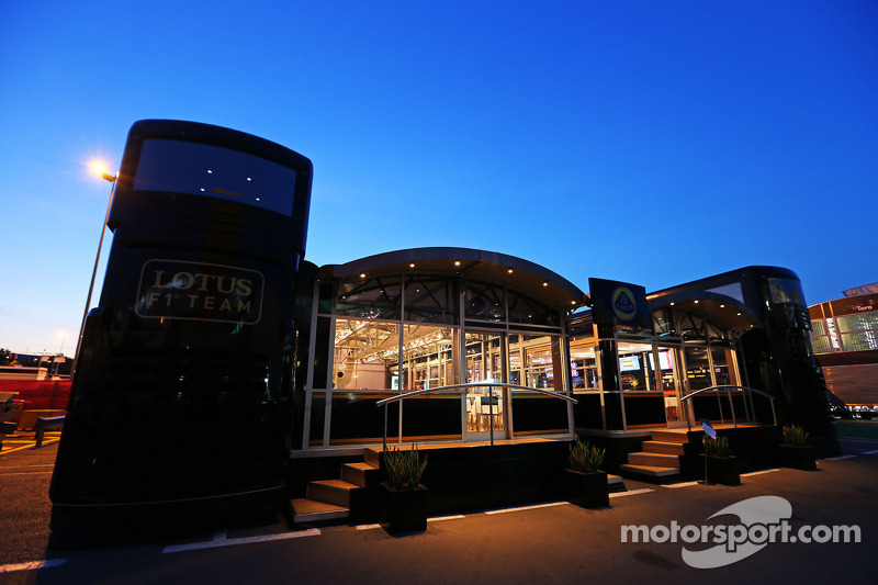 Lotus F1 Team autocaravana en la noche