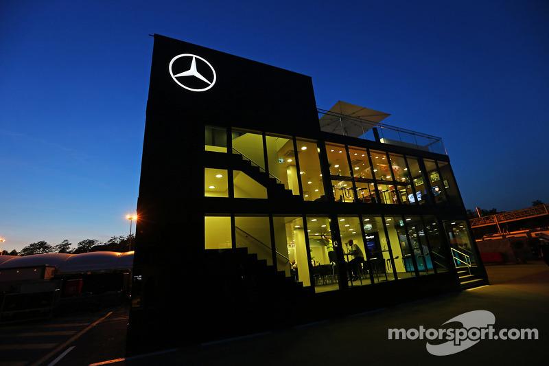 Mercedes AMG F1 autocaravana en la noche