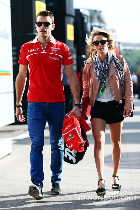 Jules Bianchi, del equipo Marussia F1 con su novia Camille Marchetti