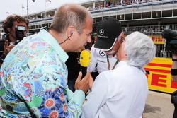 (Da sinistra a destra): Kai Ebel, RTL TV Presentatore con Dr. Dieter Zetsche, Daimler AG CEO e Bernie Ecclestone, sulla griglia di partenza