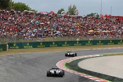 Lewis Hamilton, Mercedes AMG F1 W05 ve takım arkadaşı Nico Rosberg, Mercedes AMG F1 W05