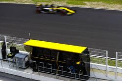 Nico Hulkenberg, Renault Sport F1 Team RS18., devant le muret des stands Renault