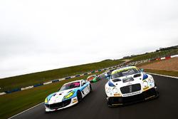 Callum Pointon, Patrik Matthiesen HHC Motorsport Ginetta G55 GT4  y Rick Parfitt Jr., Ryan Ratcliffe Team Parker Racing Ltd Bentley Continental GT3