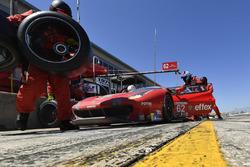 #62 Risi Competizione Ferrari 488 GTE, GTLM: Alessandro Pier Guidi, Toni Vilander, James Calado pit stop