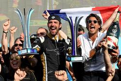 Podio: ganador de la carrera Jean-Eric Vergne, Techeetah celebra