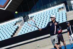 Эстебан Окон, Force India, играет в теннис в Мельбурн-парке