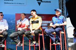 Руководитель Alfa Romeo Sauber Фредерик Вассёр, управляющий директор Renault Sport F1 Team Сириль Абитбуль, и руководитель Scuderia Toro Rosso Франц Тост