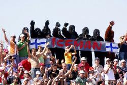 Los fanáticos vestidos con trajes de gorila animan a Kimi Raikkonen, Ferrari F2007, el hombre de hielo