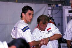 Ayrton Senna, McLaren recibe un masaje de manos de Josef Leberer, McLaren Fisioterapeuta