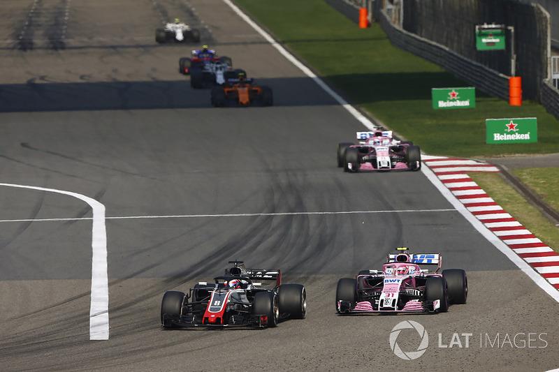 Romain Grosjean, Haas F1 Team VF-18 Ferrari, Esteban Ocon, Force India VJM11 Mercedes, y Sergio Perez, Force India VJM11 Mercedes