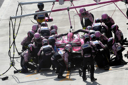Esteban Ocon, Force India VJM11 pit stop