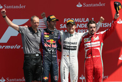 Podium: Tony Ross, Race Engineer, second place Mark Webber, Red Bull Racing, Race winner Nico Rosberg, Mercedes AMG F1, third place Fernando Alonso, Ferrari