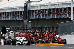 Lewis Hamilton, McLaren MP4/23 colpisce Kimi Raikkonen, Ferrari F2008