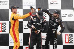 Ryan Hunter-Reay, Andretti Autosport Honda, Josef Newgarden, Team Penske Chevrolet,  James Hinchcliffe, Schmidt Peterson Motorsports Honda, sur le podium avec du champagne